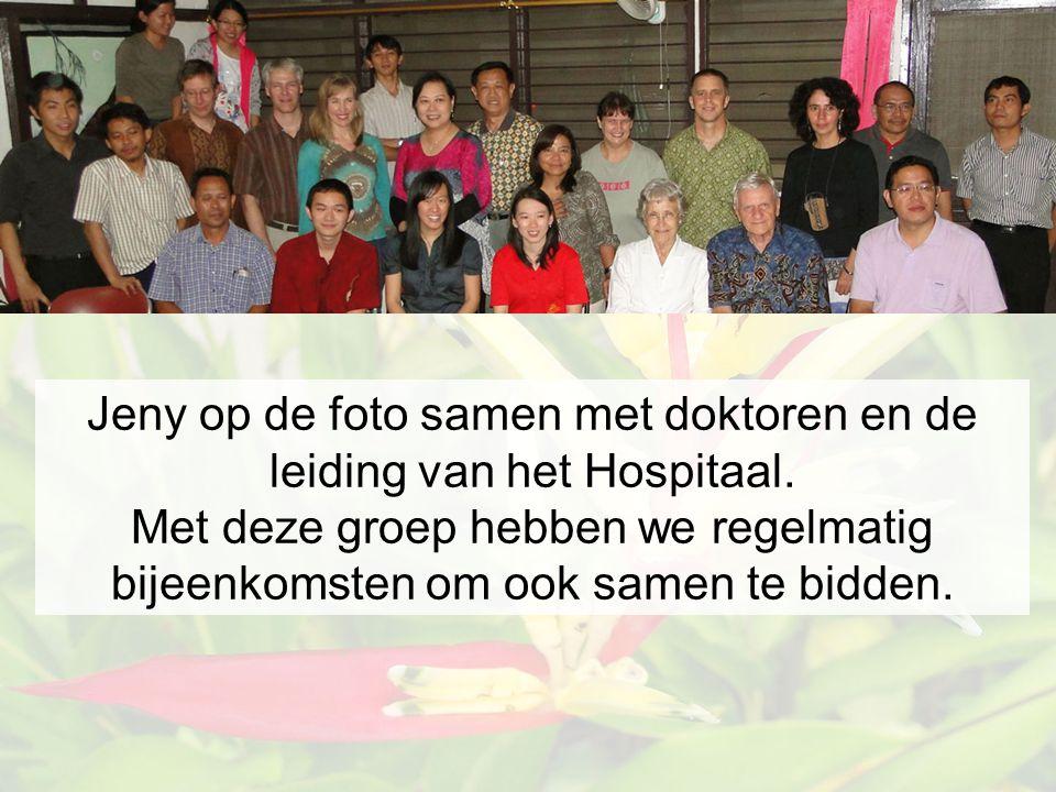 Jeny op de foto samen met doktoren en de leiding van het Hospitaal.
