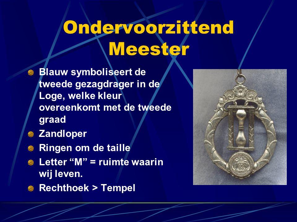 Ondervoorzittend Meester Blauw symboliseert de tweede gezagdrager in de Loge, welke kleur overeenkomt met de tweede graad Zandloper Ringen om de taill