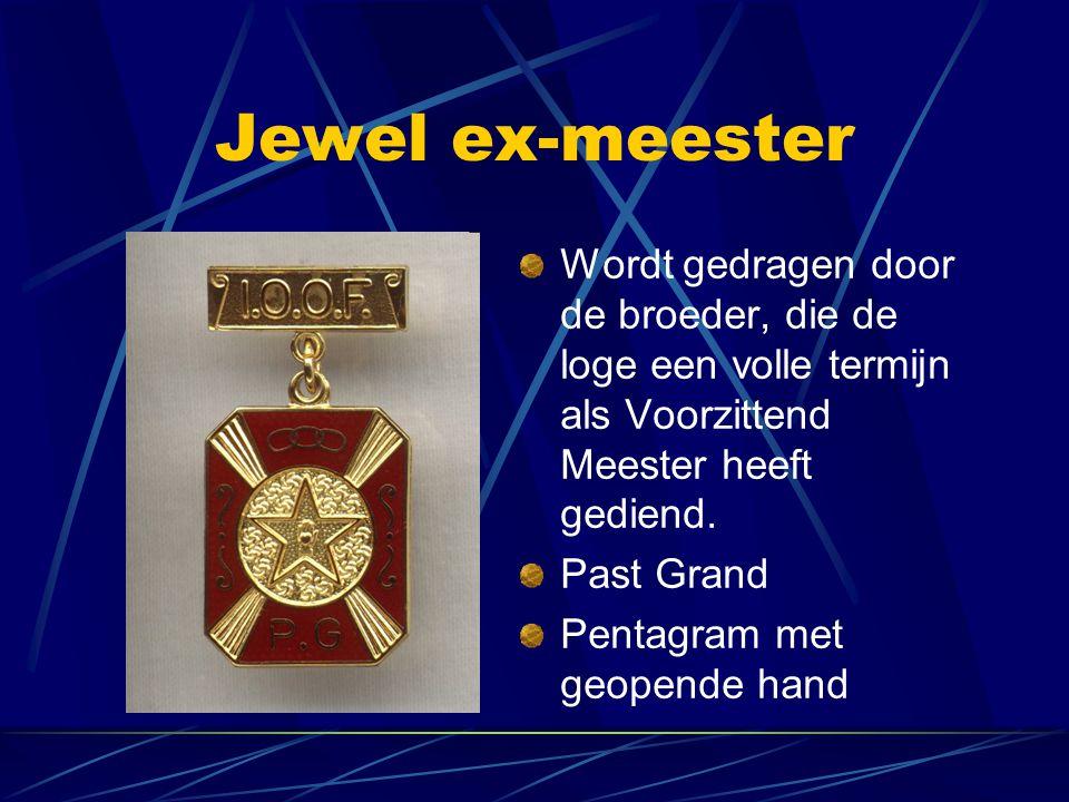Jewel ex-meester Wordt gedragen door de broeder, die de loge een volle termijn als Voorzittend Meester heeft gediend. Past Grand Pentagram met geopend