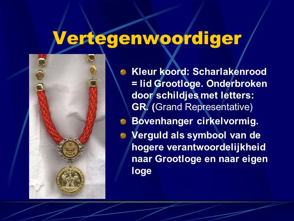 Vertegenwoordiger Kleur koord: Scharlakenrood = lid Grootloge. Onderbroken door schildjes met letters: GR. (Grand Representative) Bovenhanger cirkelvo