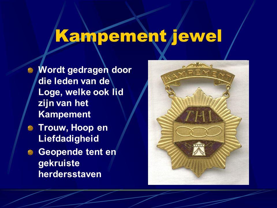 Kampement jewel Wordt gedragen door die leden van de Loge, welke ook lid zijn van het Kampement Trouw, Hoop en Liefdadigheid Geopende tent en gekruist