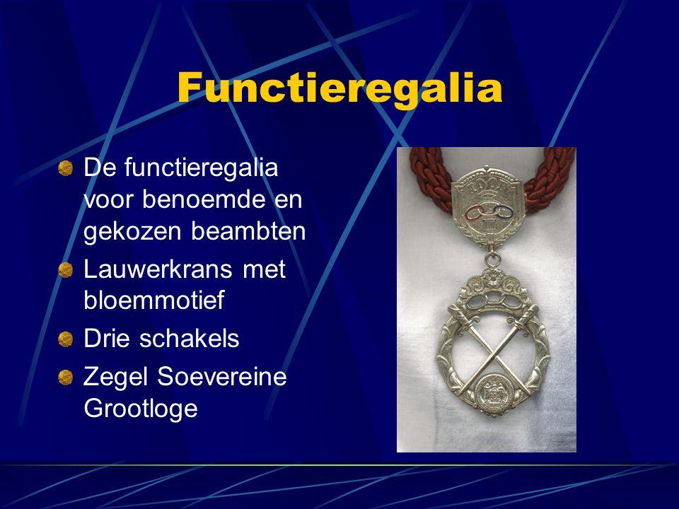 Functieregalia De functieregalia voor benoemde en gekozen beambten Lauwerkrans met bloemmotief Drie schakels Zegel Soevereine Grootloge