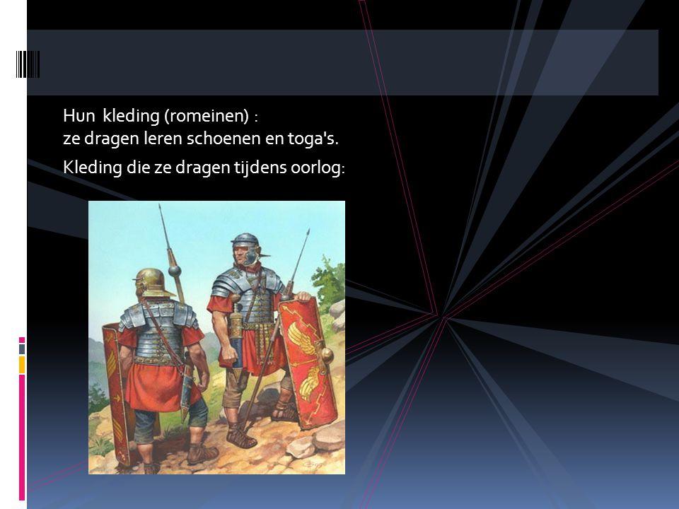 Hun kleding (romeinen) : ze dragen leren schoenen en toga s. Kleding die ze dragen tijdens oorlog: