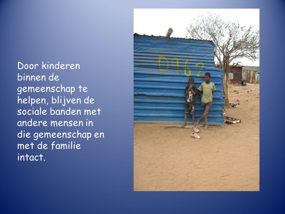 Door kinderen binnen de gemeenschap te helpen, blijven de sociale banden met andere mensen in die gemeenschap en met de familie intact.