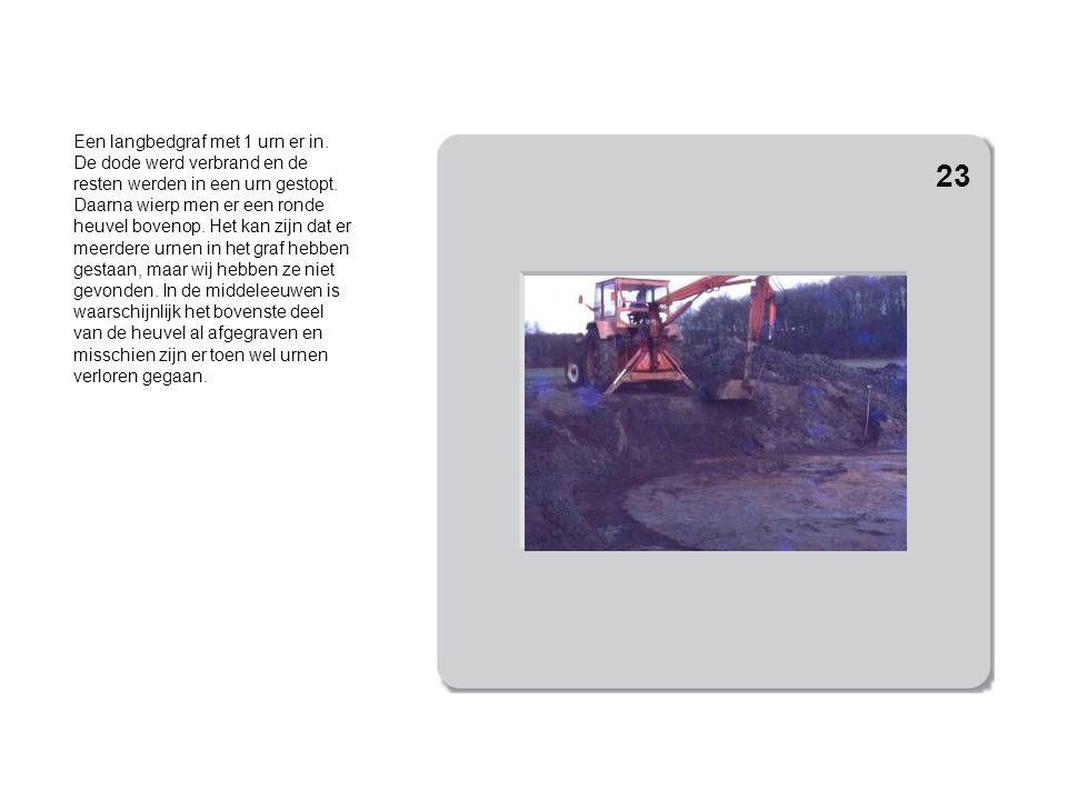 Het voorbewerken van de grond met de graafmachine. 24
