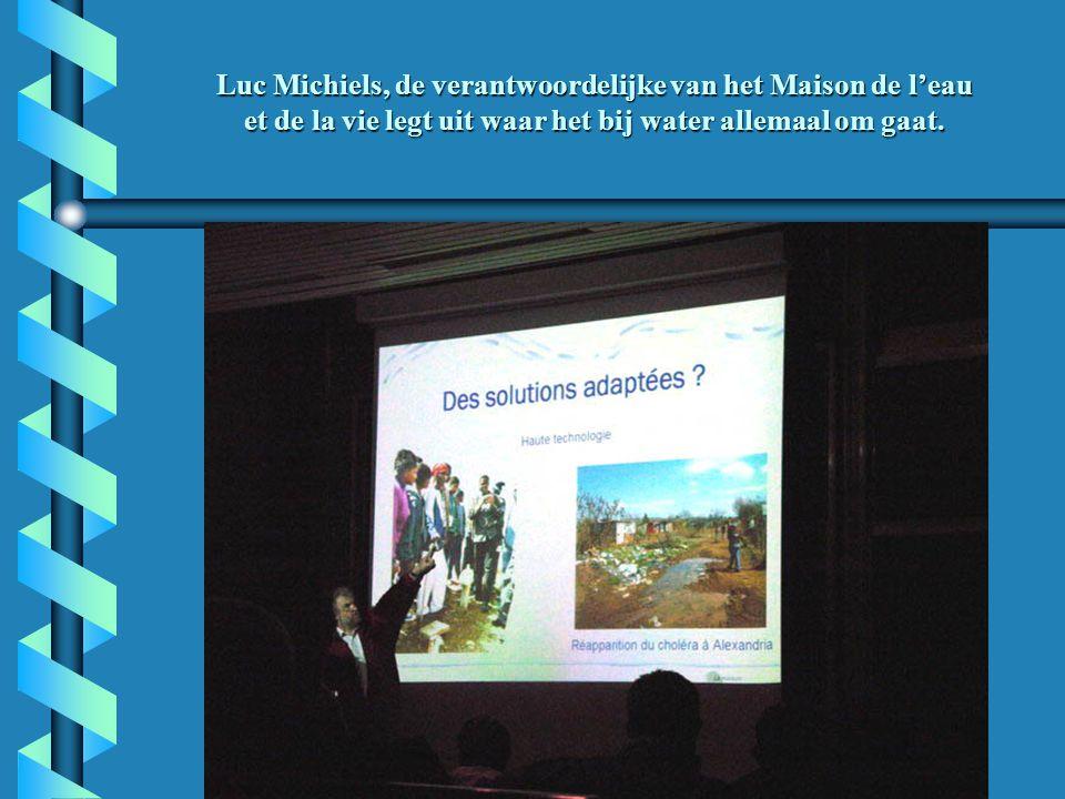 Luc Michiels, de verantwoordelijke van het Maison de l'eau et de la vie legt uit waar het bij water allemaal om gaat.