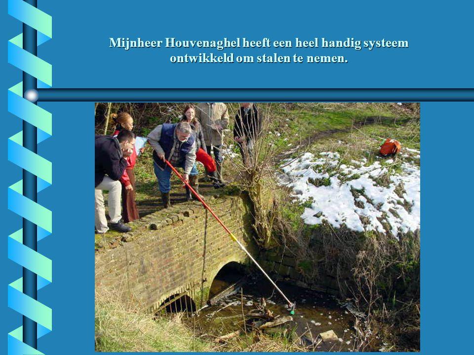 Mijnheer Houvenaghel heeft een heel handig systeem ontwikkeld om stalen te nemen.