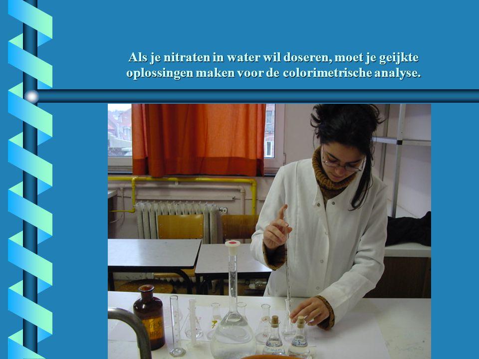 Als je nitraten in water wil doseren, moet je geijkte oplossingen maken voor de colorimetrische analyse.