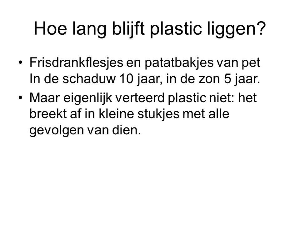 Hoe lang blijft plastic liggen? Frisdrankflesjes en patatbakjes van pet In de schaduw 10 jaar, in de zon 5 jaar. Maar eigenlijk verteerd plastic niet: