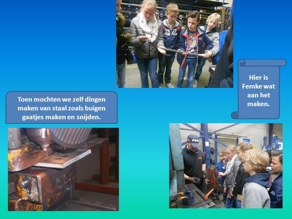 Toen mochten we zelf dingen maken van staal zoals buigen gaatjes maken en snijden. Hier is Femke wat aan het maken.