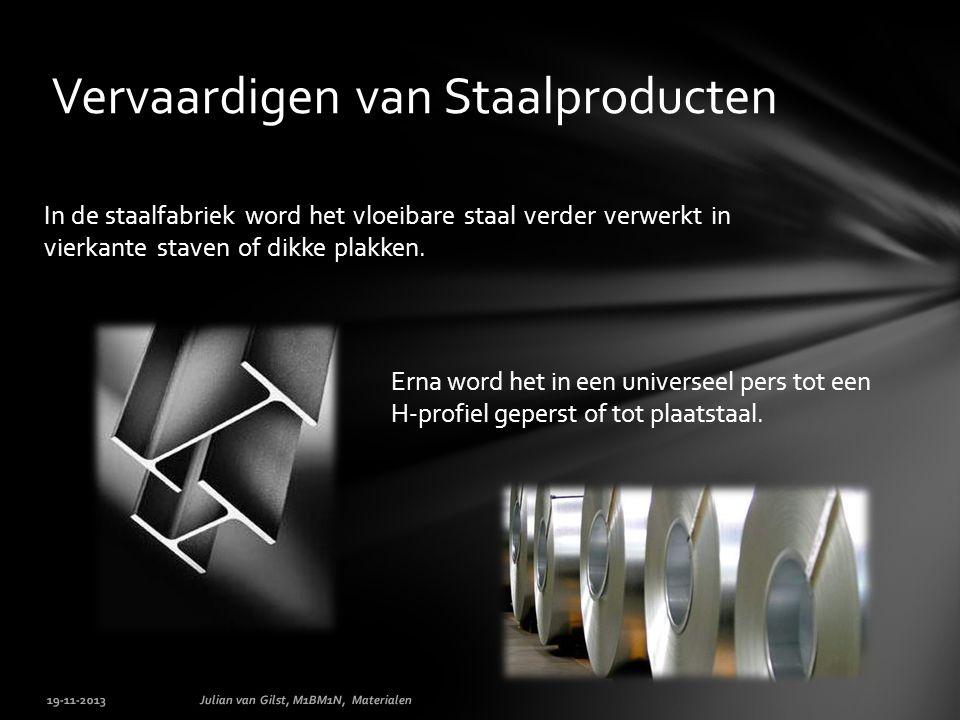 In de staalfabriek word het vloeibare staal verder verwerkt in vierkante staven of dikke plakken.