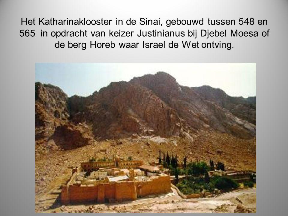 Het Katharinaklooster in de Sinai, gebouwd tussen 548 en 565 in opdracht van keizer Justinianus bij Djebel Moesa of de berg Horeb waar Israel de Wet o