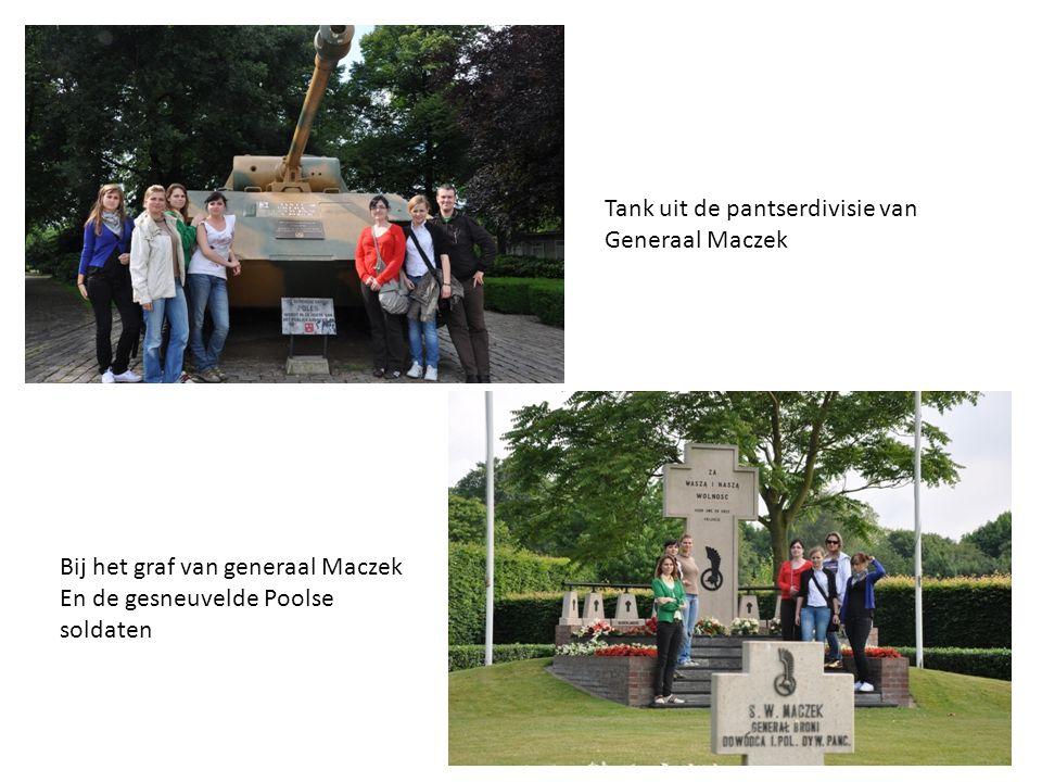Tank uit de pantserdivisie van Generaal Maczek Bij het graf van generaal Maczek En de gesneuvelde Poolse soldaten