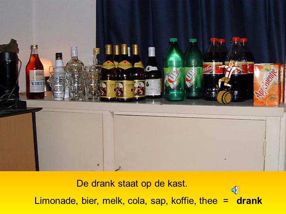 Op een feest wordt veel bier gedronken. In bier en wijn zit alcohol.