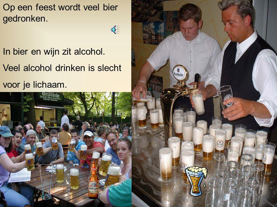 Op een feest wordt veel bier gedronken.In bier en wijn zit alcohol.