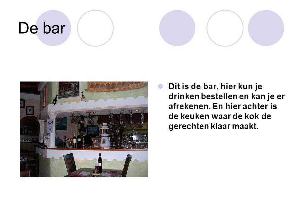 De bar Dit is de bar, hier kun je drinken bestellen en kan je er afrekenen. En hier achter is de keuken waar de kok de gerechten klaar maakt.