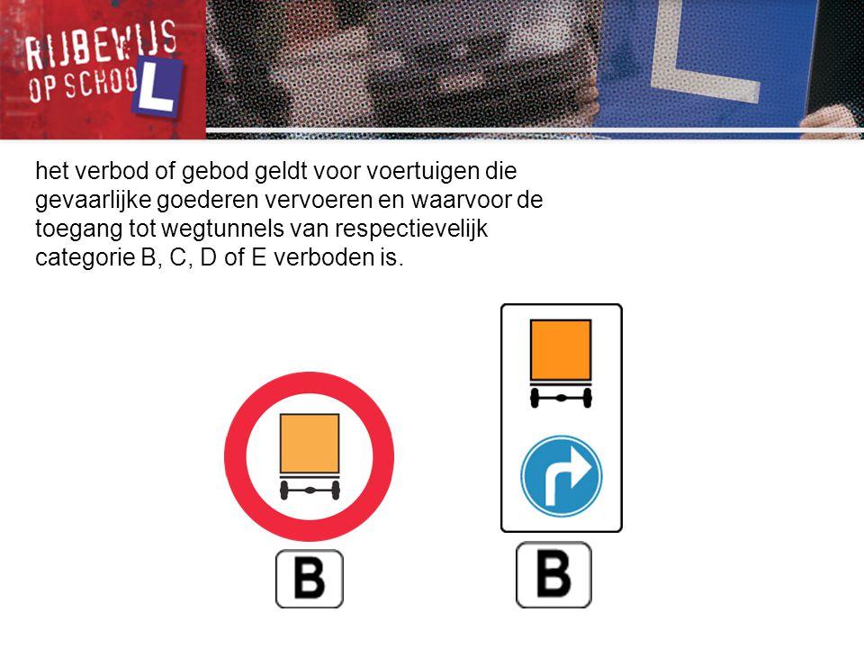 het verbod of gebod geldt voor voertuigen die gevaarlijke goederen vervoeren en waarvoor de toegang tot wegtunnels van respectievelijk categorie B, C,