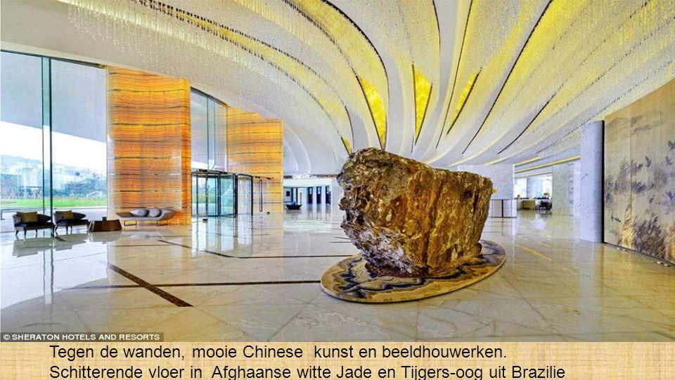 Tegen de wanden, mooie Chinese kunst en beeldhouwerken.