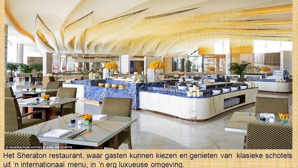 Het Sheraton restaurant, waar gasten kunnen kiezen en genieten van klasieke schotels uit 'n internationaal menu, in 'n erg luxueuse omgeving.
