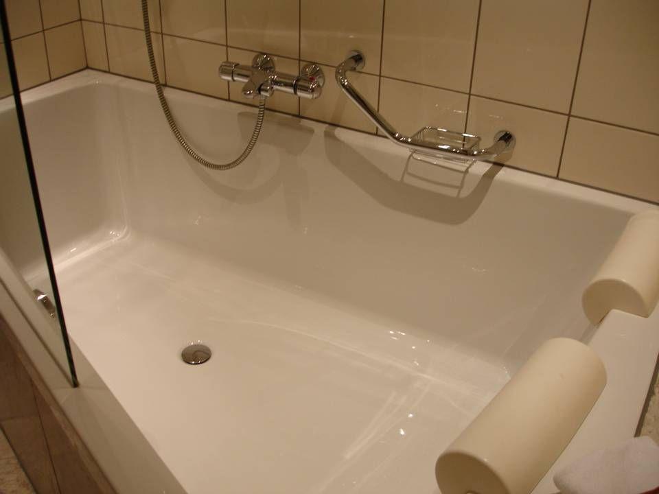 De zeer ruime badkamer met dubbele lavabo en tweepersoons bad.