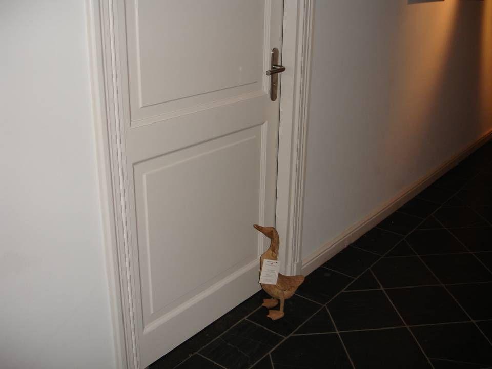 Elke kamer is voorzien van een mysterieuze in hout uitgekapte eend die niet alleen als decoratie dient.