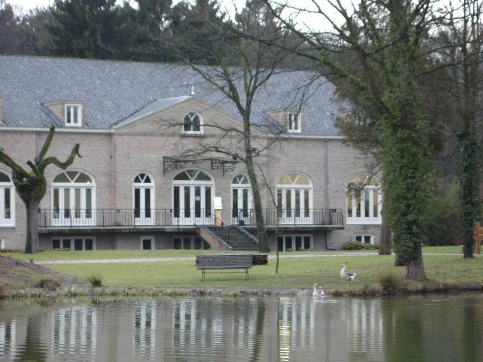 Het International Art Center is gesitueerd op het landgoed, tegenover het kasteel. De kunstuitleenbibliotheek met vele prachtige werken, de keramiekwe