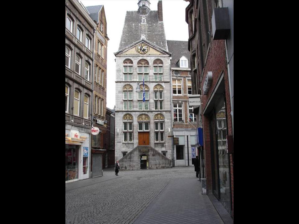 Maastricht is een relatief kleine stad met ongeveer 122.000 inwoners. Maastricht is een stad met een grootstedelijke, internationale sfeer. Nederlands