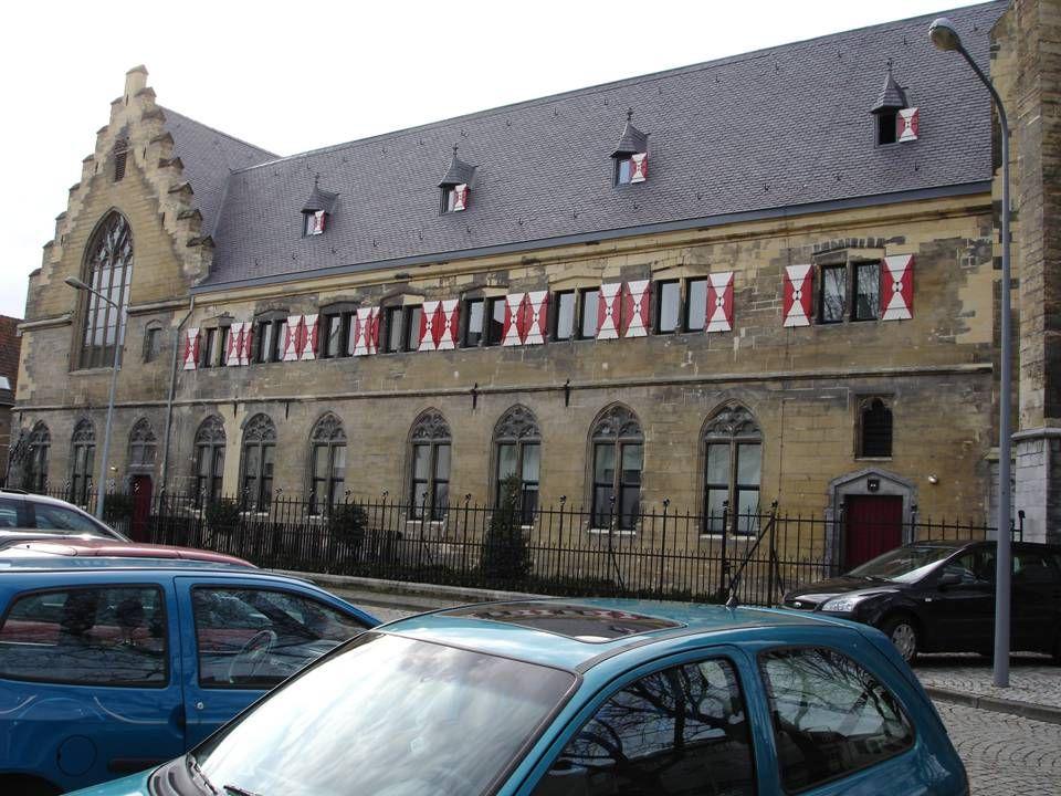 De ingang van het 'Kruisherenhotel' in Maastricht. Een modern design vijfsterrenhotel in een gotische kerk. Voor wie houdt van contrast.