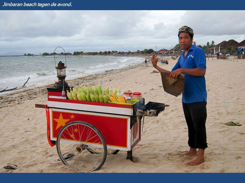 Eén van de vele visrestaurants aan het strand van Jimbaran