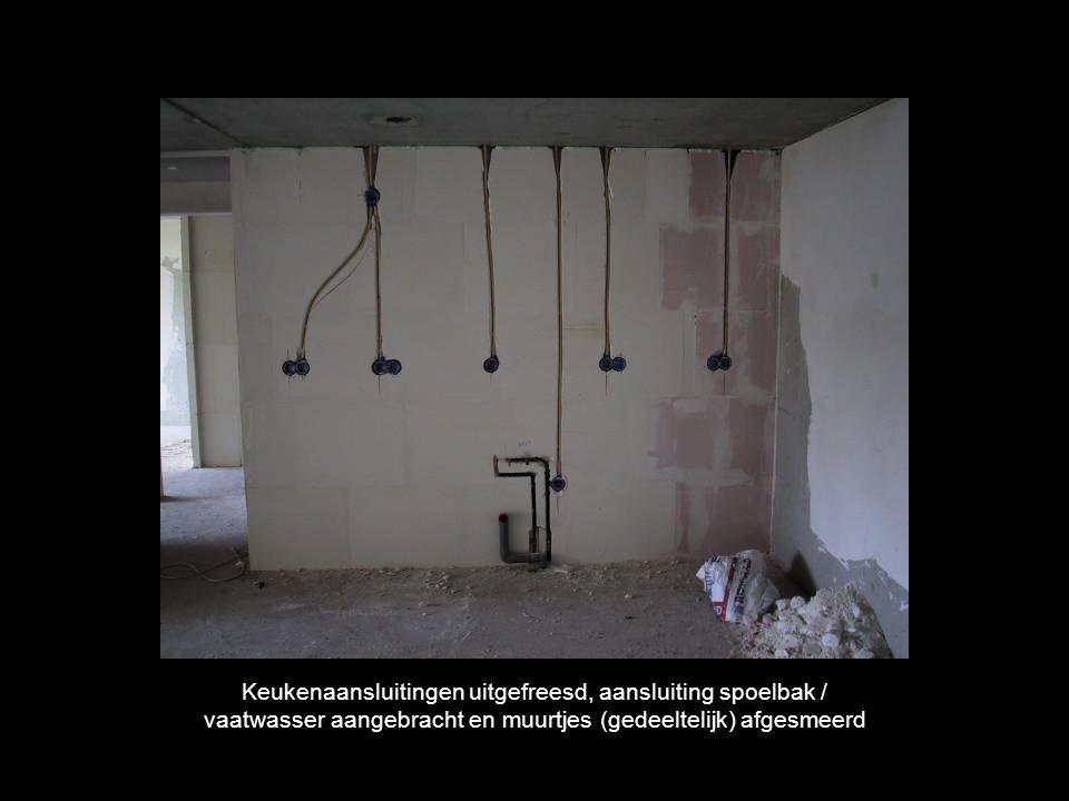 Keukenaansluitingen uitgefreesd, aansluiting spoelbak / vaatwasser aangebracht en muurtjes (gedeeltelijk) afgesmeerd