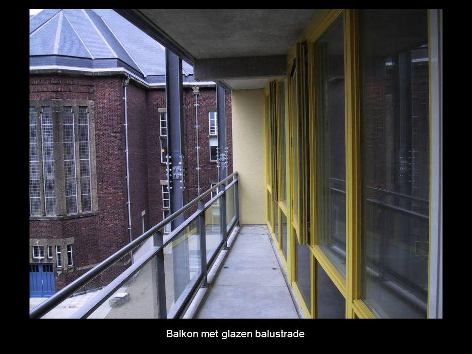 Balkon met glazen balustrade