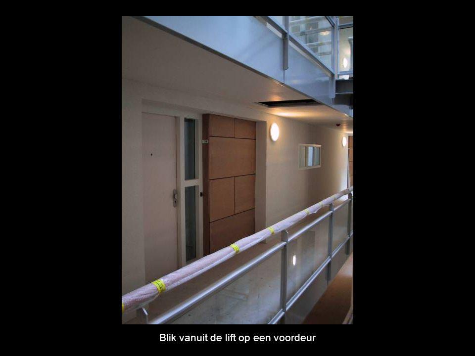 Blik vanuit de lift op een voordeur
