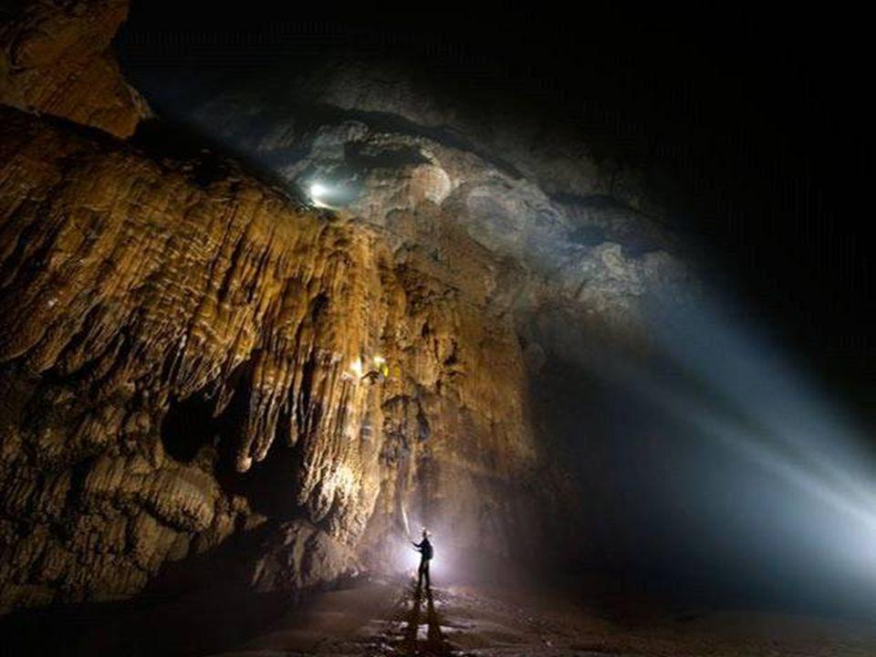 """Na 6 km van de grot te hebben verkend werd de weg versperd door een formidabele en gigantische calcietrotswand die ze """"De Grote Muur van Vietnam"""" noem"""