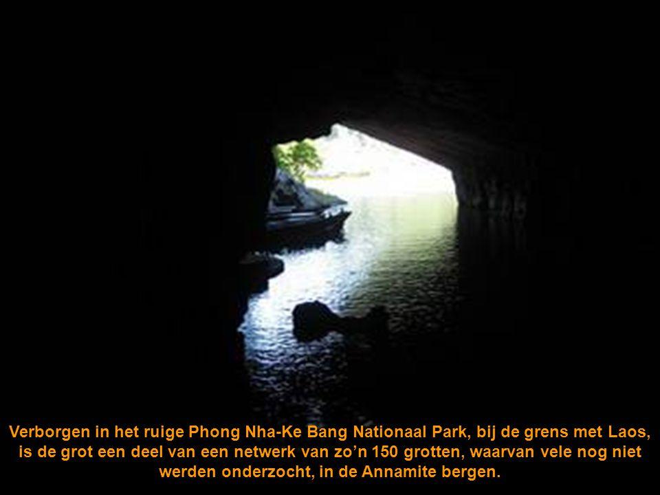 Verborgen in het ruige Phong Nha-Ke Bang Nationaal Park, bij de grens met Laos, is de grot een deel van een netwerk van zo'n 150 grotten, waarvan vele nog niet werden onderzocht, in de Annamite bergen.