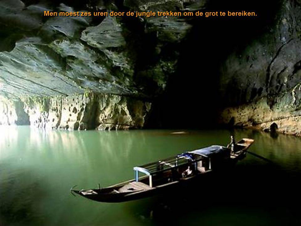 Verborgen in het ruige Phong Nha-Ke Bang Nationaal Park, bij de grens met Laos, is de grot een deel van een netwerk van zo'n 150 grotten, waarvan vele