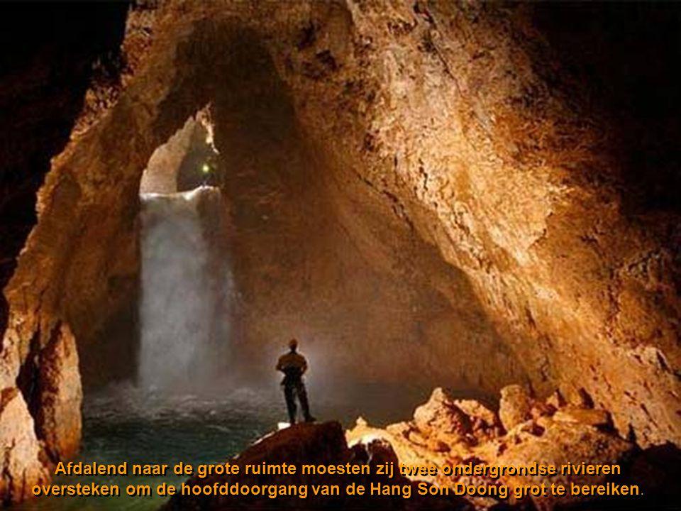 Afdalend naar de grote ruimte moesten zij twee ondergrondse rivieren oversteken om de hoofddoorgang van de Hang Son Doong grot te bereiken.