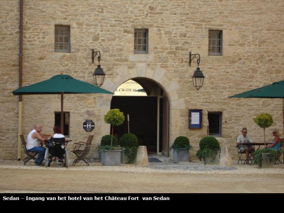Sedan - Het karakteristieke hotel van het Château Fort van Sedan telt 54 kamers met uitzicht op de binnenplaats van het kasteel of op de omliggende heuvels van Sedan.