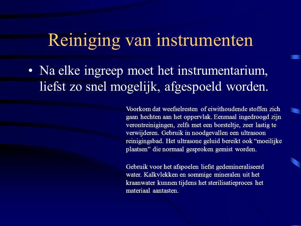 Reiniging van instrumenten Na elke ingreep moet het instrumentarium, liefst zo snel mogelijk, afgespoeld worden. Voorkom dat weefselresten of eiwithou