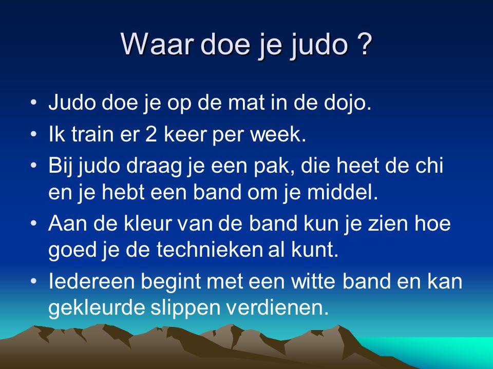 Waar doe je judo ? Judo doe je op de mat in de dojo. Ik train er 2 keer per week. Bij judo draag je een pak, die heet de chi en je hebt een band om je