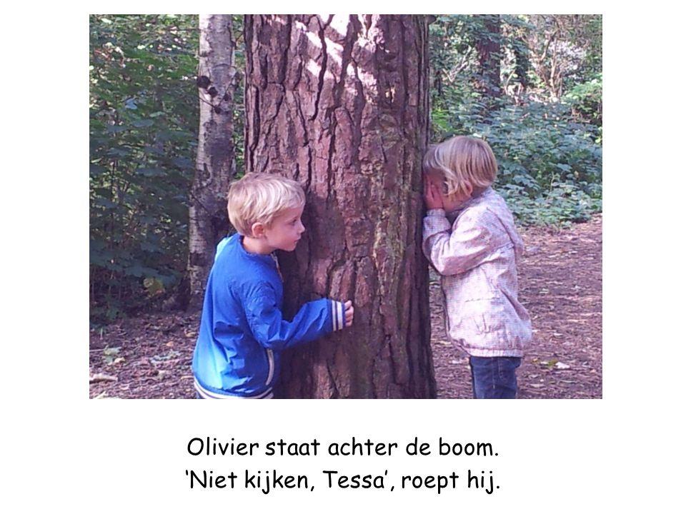 Olivier staat achter de boom. 'Niet kijken, Tessa', roept hij.