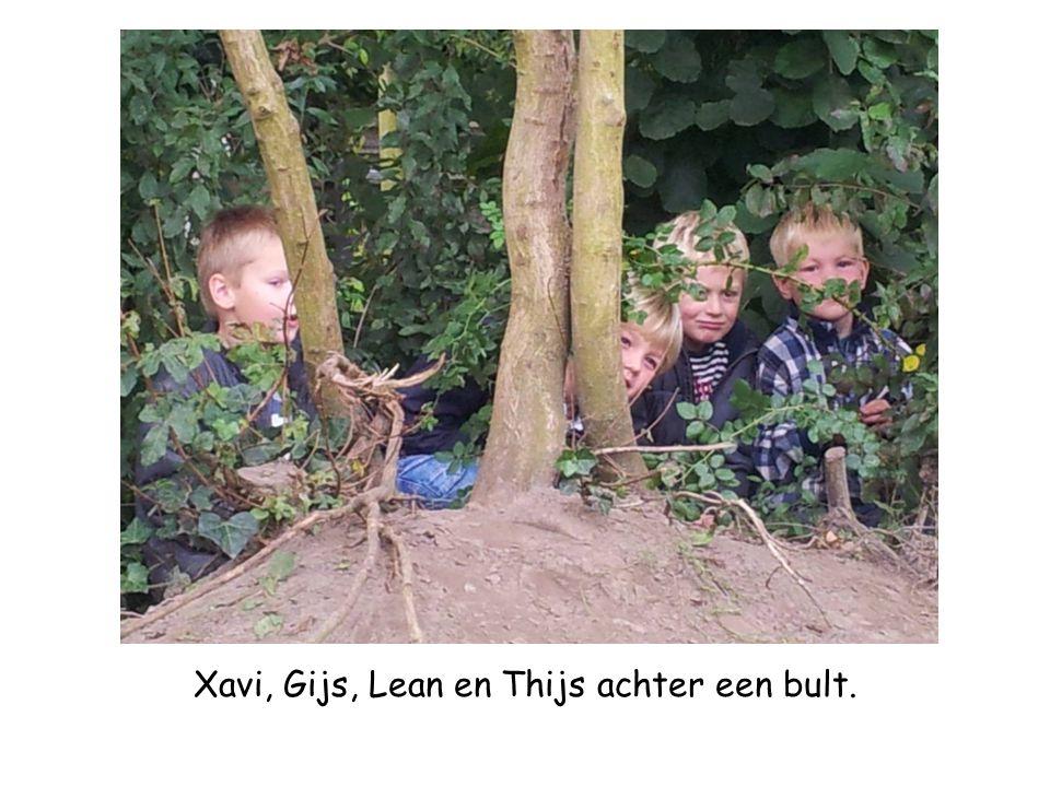 Xavi, Gijs, Lean en Thijs achter een bult.