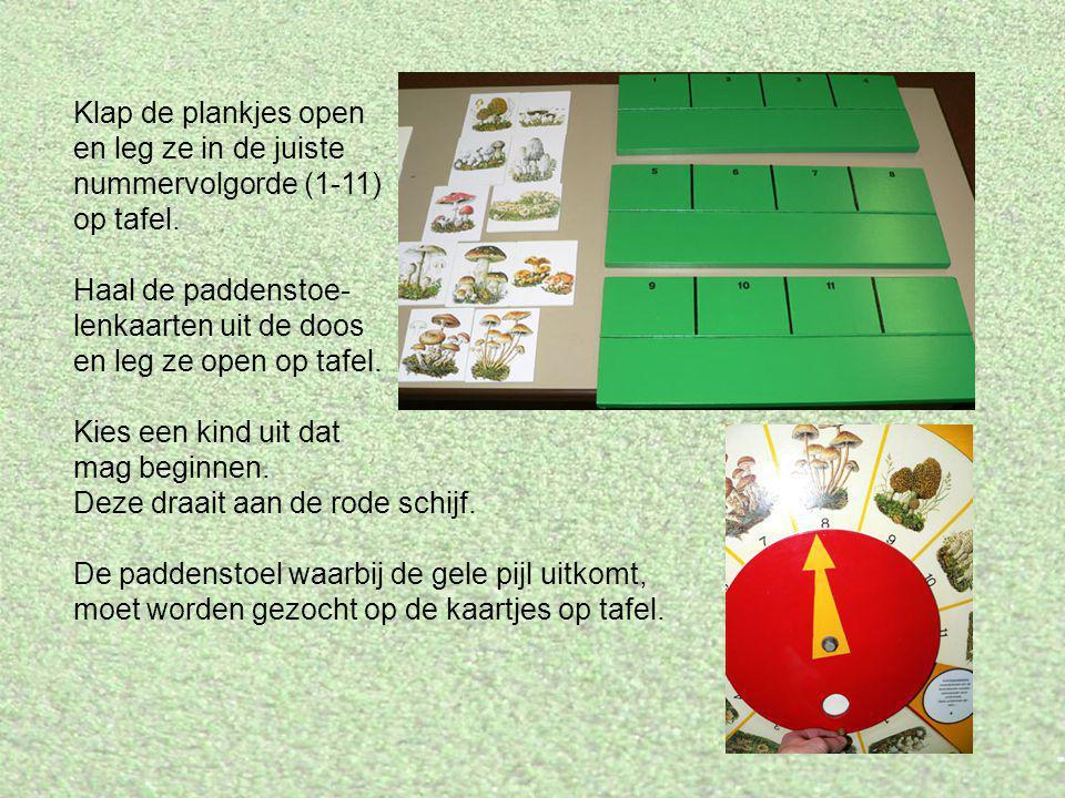Klap de plankjes open en leg ze in de juiste nummervolgorde (1-11) op tafel. Haal de paddenstoe- lenkaarten uit de doos en leg ze open op tafel. Kies