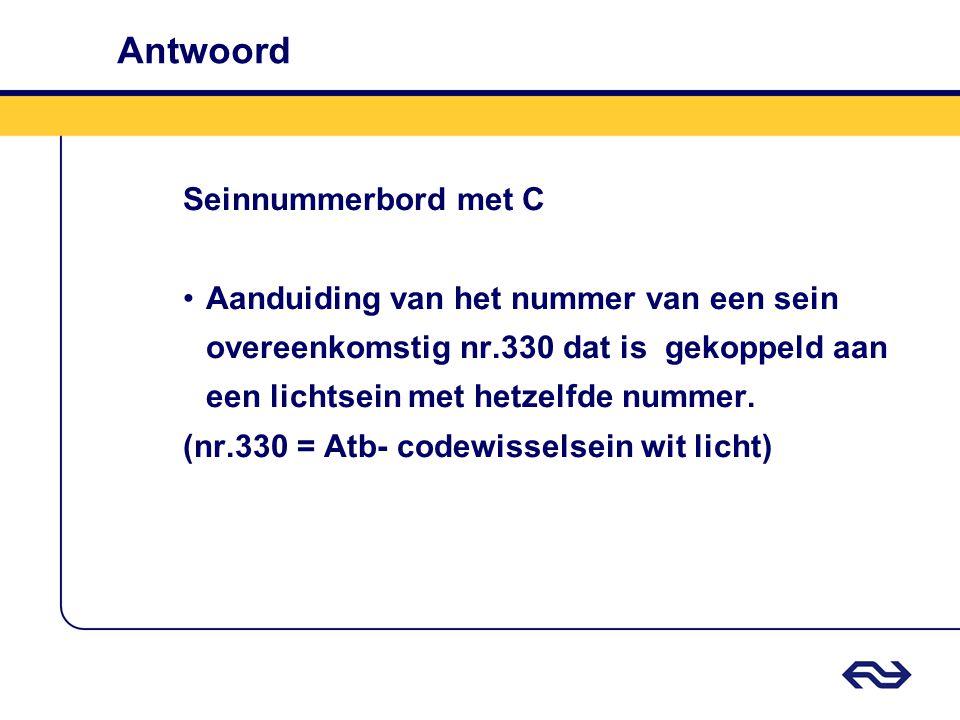 Antwoord Seinnummerbord met C Aanduiding van het nummer van een sein overeenkomstig nr.330 dat is gekoppeld aan een lichtsein met hetzelfde nummer. (n