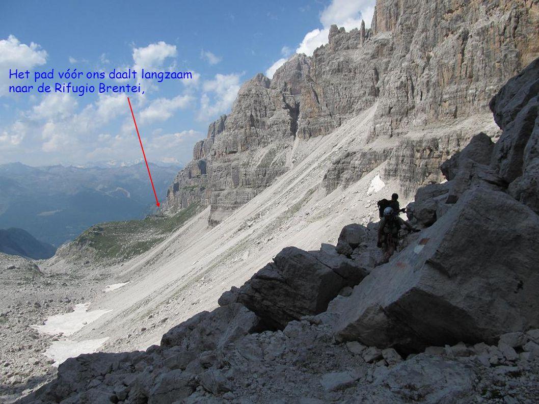 Het pad vóór ons daalt langzaam naar de Rifugio Brentei,