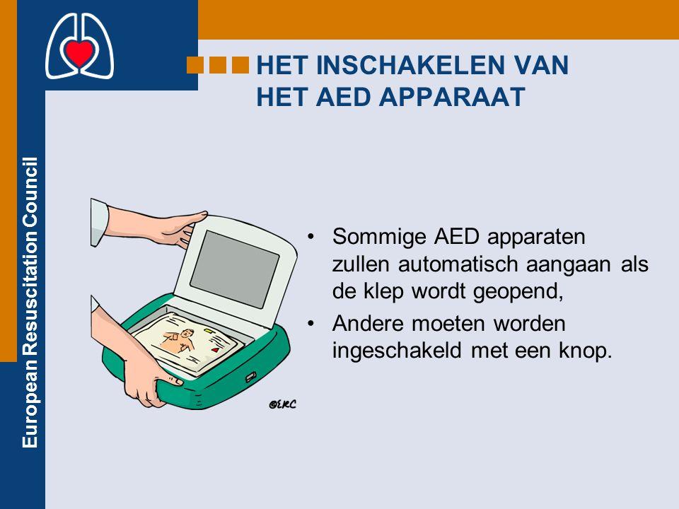 European Resuscitation Council HET INSCHAKELEN VAN HET AED APPARAAT Sommige AED apparaten zullen automatisch aangaan als de klep wordt geopend, Andere moeten worden ingeschakeld met een knop.
