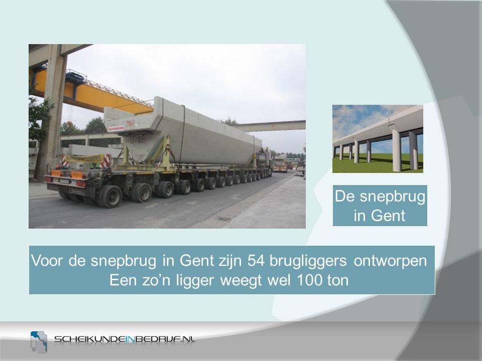 Voor de snepbrug in Gent zijn 54 brugliggers ontworpen Een zo'n ligger weegt wel 100 ton De snepbrug in Gent