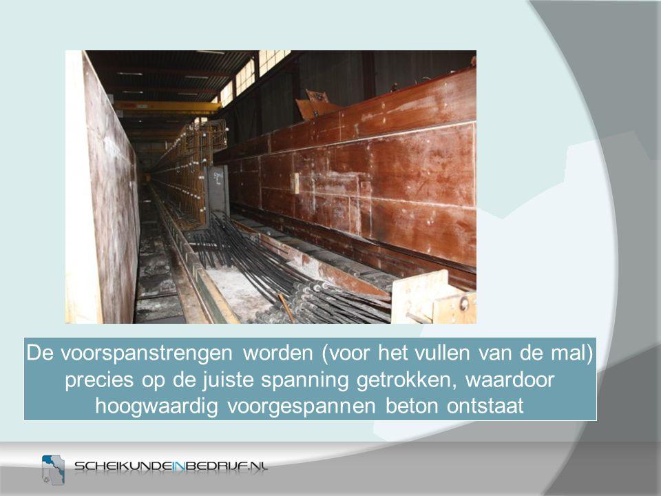 De voorspanstrengen worden (voor het vullen van de mal) precies op de juiste spanning getrokken, waardoor hoogwaardig voorgespannen beton ontstaat
