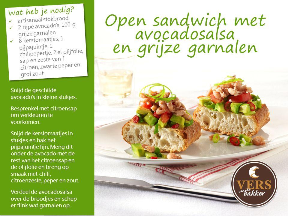 Open sandwich met avocadosalsa en grijze garnalen Snijd de geschilde avocado's in kleine stukjes. Besprenkel met citroensap om verkleuren te voorkomen