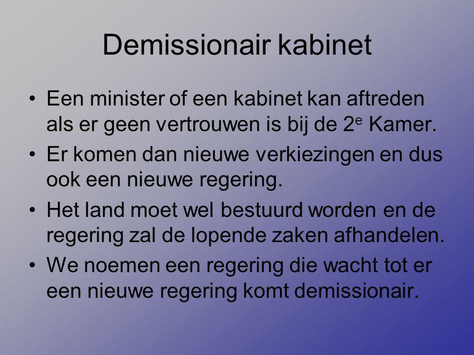 Demissionair kabinet Een minister of een kabinet kan aftreden als er geen vertrouwen is bij de 2 e Kamer. Er komen dan nieuwe verkiezingen en dus ook