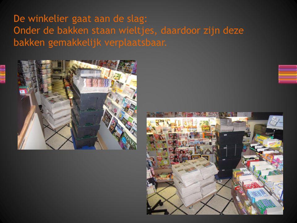 De winkelier gaat aan de slag: Onder de bakken staan wieltjes, daardoor zijn deze bakken gemakkelijk verplaatsbaar.